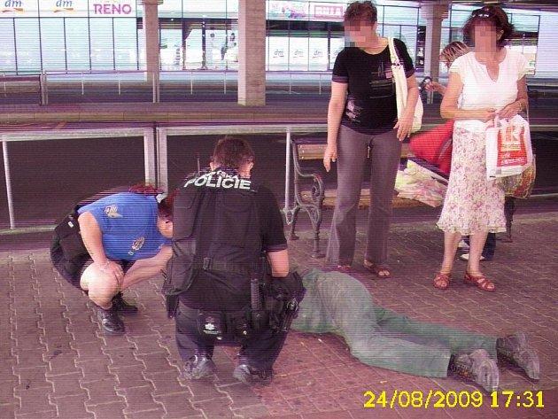 Strážníci muži ihned poskytli první pomoc