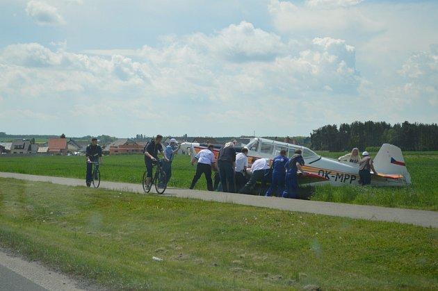 Pilotovi, který nouzově přistál u Bezděčína, pomohli místní.