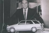 Nuccio Bertone s modelem prvního kombi na světě, jehož páté dveře jsou shodné s hatchbackem.