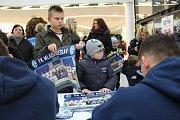 Autogramiáda prvoligových fotbalistů FK Mladá Boleslav přilákala do obchodního a zábavního Bondy centra ve středu odpoledne desítky zájemců.