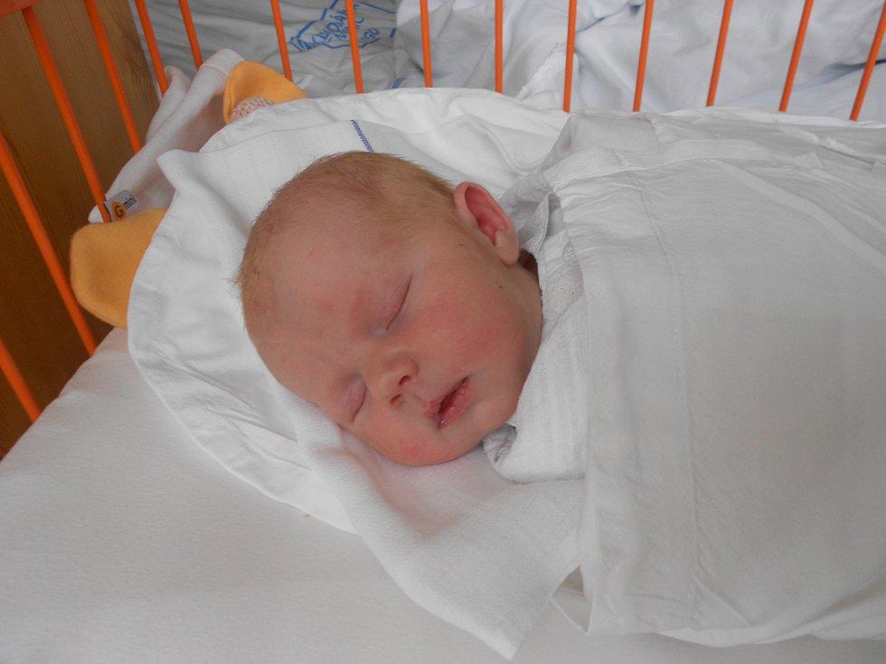 NATÁLIE Dudková se narodila 12. března mamince Šárce a tatínkovi Miroslavovi. Vážila 3,28 kilogramů a měřila 49 centimetrů.  Doma v Úhercích už na ni netrpělivě čeká bráška Miroslav.