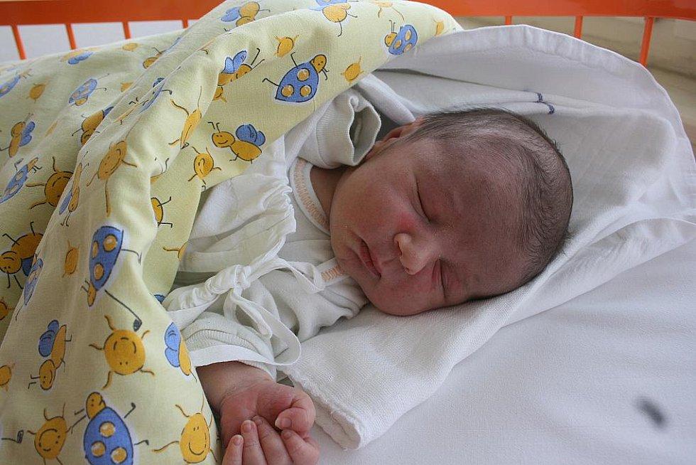 Míša (18. 3., 3,4 kg a 50 cm) je novým členem rodiny Petry Tomšové a Martina Máje z Boleslavi. Doma se těší sourozenci Martin a Karolínka.