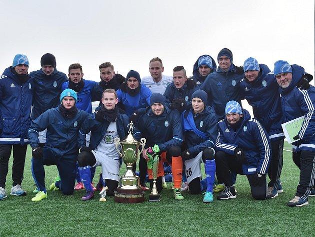 Fotbalisté Mladé Boleslavi s pohárem pro vítěze Tipsport ligy.