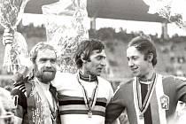 Vojtěch Červínek (vpravo) na stupních vítězů při MS 1977 v Hannoveru