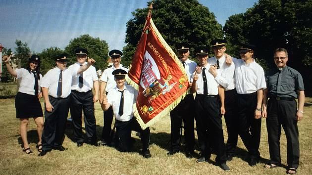 Nový prapor si hasiči a hasičky nadělili ke 125. výročí sboru.