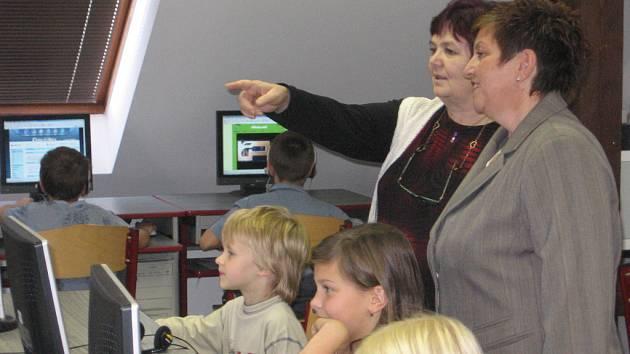 Návštěva z Poslanecké sněmovny také zavítala do tříd, kde se vyučuje na interaktivních tabulích.