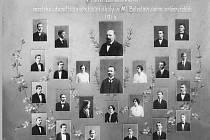 Tablo prvních absolventů školy.