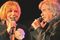 Kulturní dům v Bezně ovládli zpěvák Petr Rezek a oblíbená zpěvačka českých šlágrů Hana Zagorová.