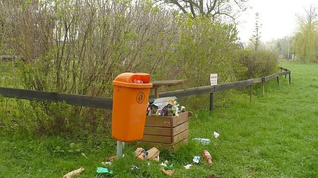 Nepořádek kolem odpadkových košů