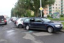 Řidič vyvázl bez zranění, ublížil však hned třem vozidlům.