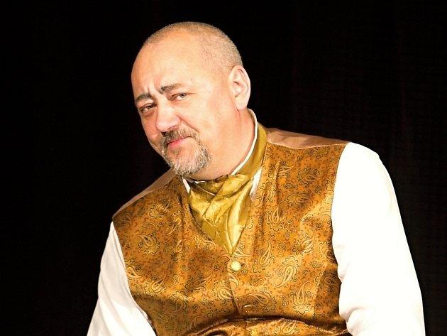 Petr Matoušek, principál Divadýlka na dlani, v tragikomedii Dlouhý Štědrý večer.