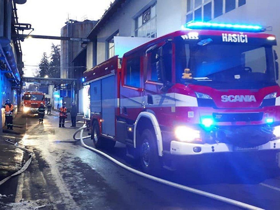 Požár zásobníku na asfalt v Bělé pod Bezdězem.