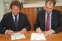 Generální ředitel společnosti Cukrovary a lihovary TTD Dobrovice s náměstkej hejtmana Středočeského kraje Robin Povšíkem podepsali smlouvu o daru nemocnici.