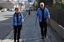 VYLADĚN ve stejných barvách vyrazil i tento pár z Mladé Boleslavi na krásnou slunečnou procházku ve svižném tempu s holemi, tedy na takzvaný nordic walking.