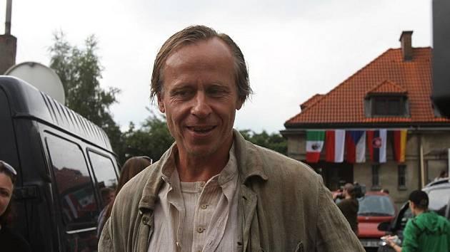 V hlavní roli se představí Karel Roden.