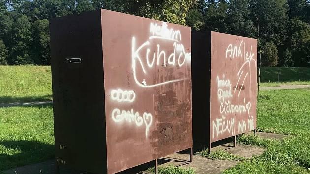 Posprejované toalety, převlékárny i stromy na pláži u Jizery v Mnichově Hradišti.