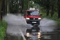 Hluboká kaluž se kvůli vytrvalým dešťům opět vytvořila na silnici za Bakovem nad Jizerou.