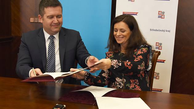 Memorandum o spolupráci při řešení problémů souvisejících se zaměstnáváním cizinců v průmyslových zónách podepsali v úterý hejtmanka Středočeského kraje Jaroslava Pokorná Jermanová (ANO) a ministr vnitra ČR Jan Hamáček (ČSSD).