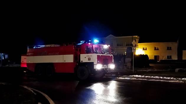 Výrobní halu v obci Hřivno u Benátek nad Jizerou zachvátil požár.