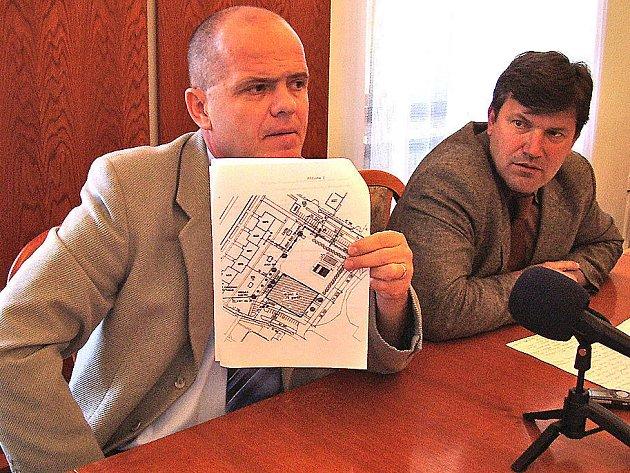 Náměstci primátora Mladé Boleslavi Adolf Beznoska (vlevo) a Jan Smutný s projektem koupaliště. To by mělo ještě do tohoto léta vzniknout na ploše poblíž Kauflandu v sídlišti