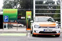 Elektromobily přicházejí. Města zřizují i nabíjecí stanice pro auta na elektřinu.