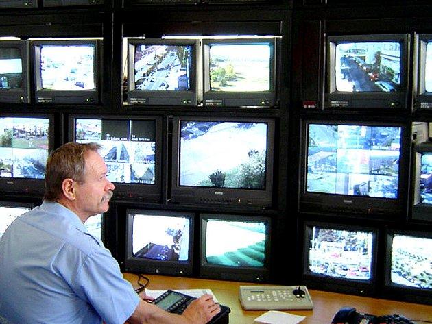Není to televizní studio, ale jedno z pracovišť mladoboleslavské městské policie. Tady se sbíhají záběry ze čtyř desítek kamerou snímaných míst ve městě