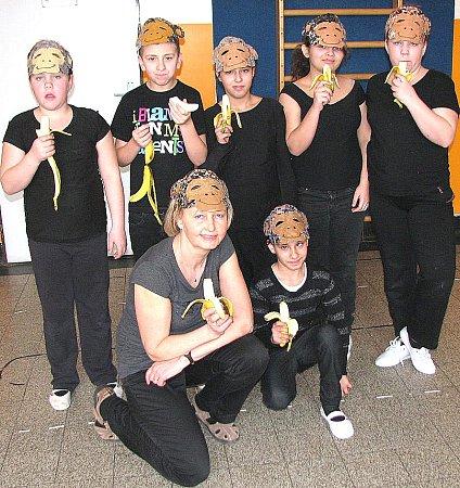 PRAVIDELNOU AKCÍ je také karneval. Skupina, kterou vidíte na fotografii, se převlékla za opice. Co říkáte, slušelo jim to, že?