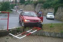 Řidička felicie narazila v ulici Pražská brána do zábradlí.