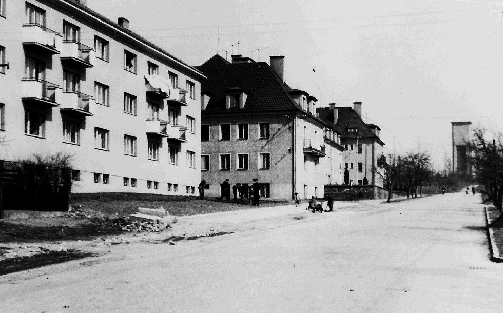Snímek z roku 1959 nově postavených činžovních domů v Dražické ulici před parkovou úpravou.