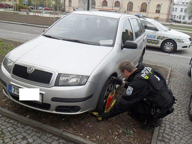 Auto zaparkované mimo vozovku strážníci obuli