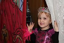 Ples princů a princezen byl přehlídkou krásných šatů, korunek a galantního chování.