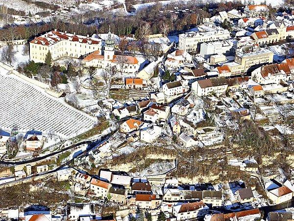 BENÁTKY NAD JIZEROU. Vlevo nahoře zámek, vpravo nahoře Husovo náměstí, vpravo dole příjezdová ulice do centra – Podolecká.