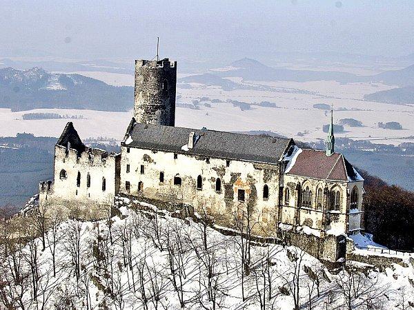HRAD BEZDĚZ. Dominanta regionu – hrad Bezděz. Takhle majestátně se tyčí nad okolní krajinou.