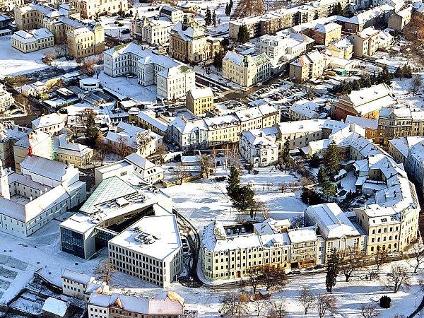 MLADÁ BOLESLAV. Pohled na centrum Mladé Boleslavi. Vlevém horním rohu gymnázia vPalackého ulici, vlevo dole klášter a nový vysokoškolský areál, vpravo dole 2.základní škola.