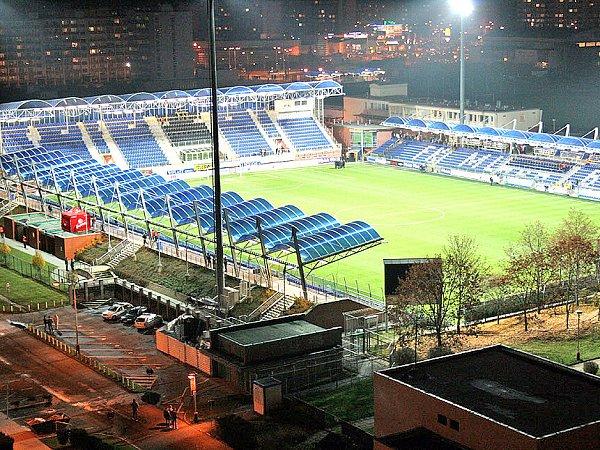 PŘED ZÁPASEM. Na osvětlený fotbalový stadion vMladé Boleslavi se začínají scházet první fanoušci.
