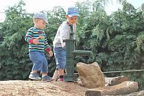 První návštěvníci Ekocentra Zahrada - Daník (vlevo) a Vašík (vpravo) Kouřilovi si vyzkoušeli pumpu na písečném kopci