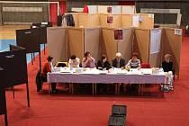 Sportovní hala v Mladé Boleslavi se změnila v obří volební místnost.