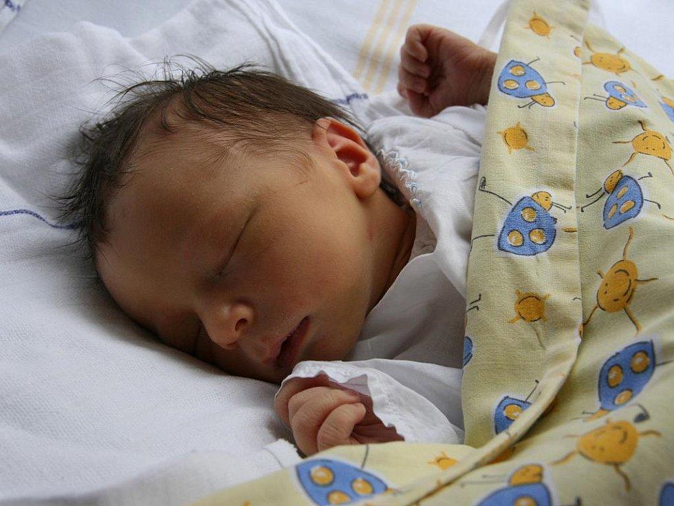 TOMÁŠ Kotera je od 20. července prvorozeným synem Lenky a Martina z Milovic. Chlapeček po porodu měřil 50 cm a vážil 3, 47 kg.
