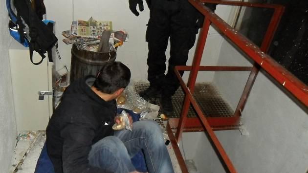 Střeší prostor poskytl mladému bezdomovci pohodlný úkryt.