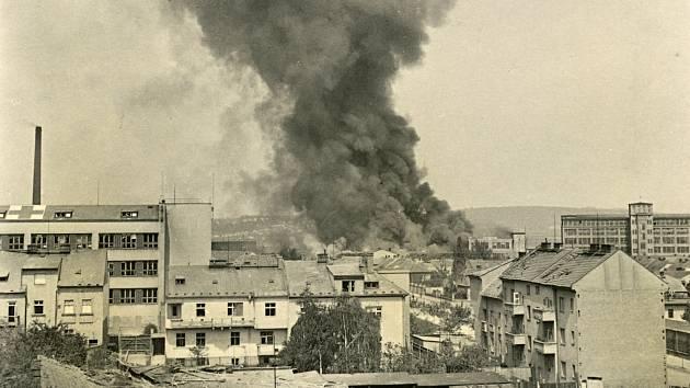 Následky sovětského náletu byly Na Celně ničivé. Fotografie je na obálce letošního sborníku.