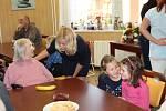 Luštěnický domov seniorů U Anežky se minulý týden stal místem setkání těch nejmladších s těmi nejstaršími, když se prostory tamní jídelny naplnily nejen klienty domova, ale i dětmi ze zdejší mateřské školy.