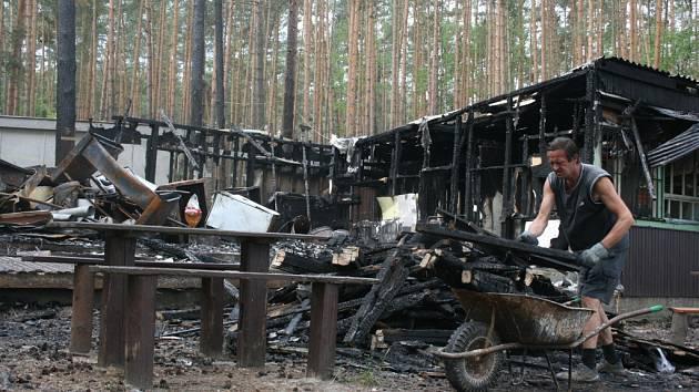Objekt byl požárem zcela zničen.