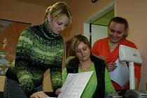 Ředitelka Okresní hospodářské komory Mladá Boleslav Iva Kolínská (uprostřed) spolu s asistentkami Kamilou Vaňkovou (vlevo) a Terezou Vočadlovou.