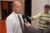 Náměstek primátora Mladé Boleslavi Adolf Beznoska poskytuje rozhovor novinářům na tiskové konferenci.