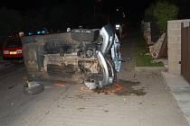 Vážná nehoda v obci Plazy. Řidič zdemoloval plot a skončil v nemocnici.