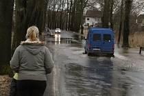 Částečně zaplavená je i silnice u Bakova nad Jizerou.