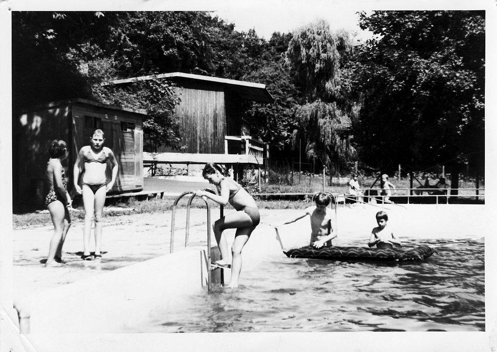 Městské koupaliště v Benátkách v roce 1982.