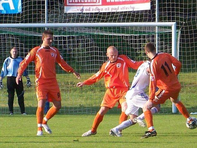 Bakovský obranný val (odleva) brankář Beran, Flodrman a Bláha porážku mužstva neodvrátil