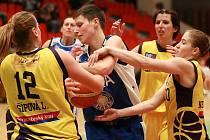 V pohárovém utkání Slovanka MB - Trutnov se urputně bojovalo o každý míč.