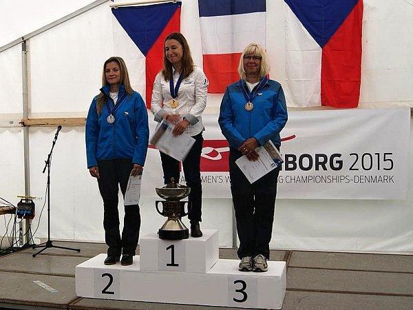 Na stupních vítězů. Dana Nováková je na snímku vlevo.